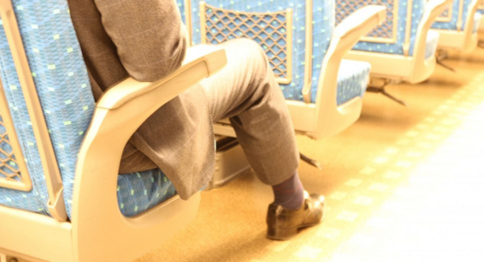 0119新幹線の座席で電話する隣人
